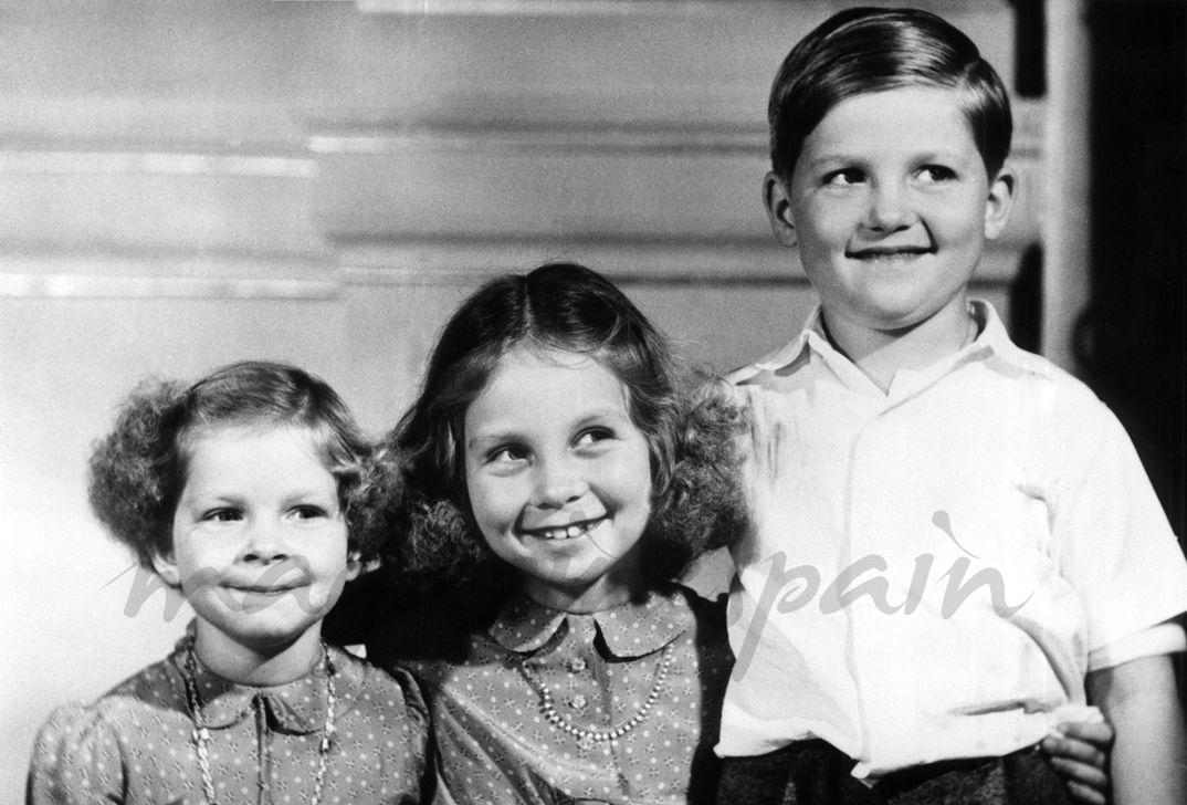 La princesa Sofía con sus hermanos, la princesa Irene y el príncipe heredero Constantino - Atenas, 1948 - © Casa S.M.El Rey