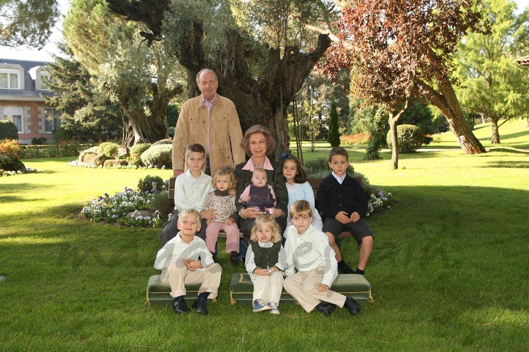 Sus Majestades los Reyes acompañados de sus nietos - Madrid 2007 - © Casa S.M. El Rey