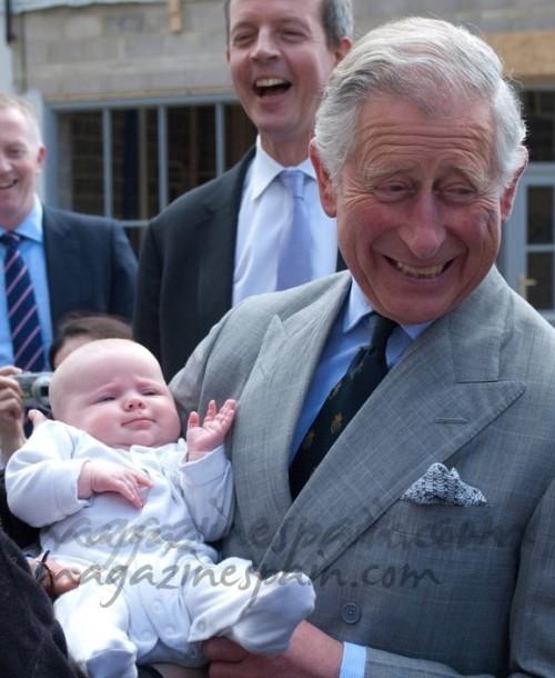 El Principe Carlos de Inglaterra ensaya como abuelo