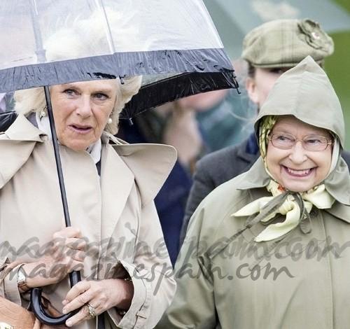 La reina de Inglaterra y Camilla… estilo bajo la lluvia