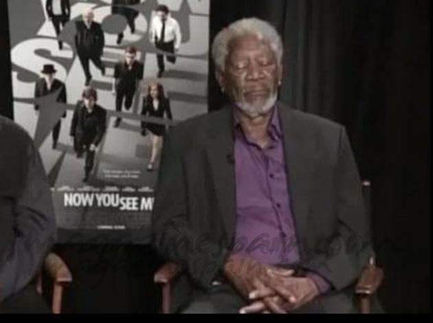 Morgan Freeman dormido durante una entrevista en TV