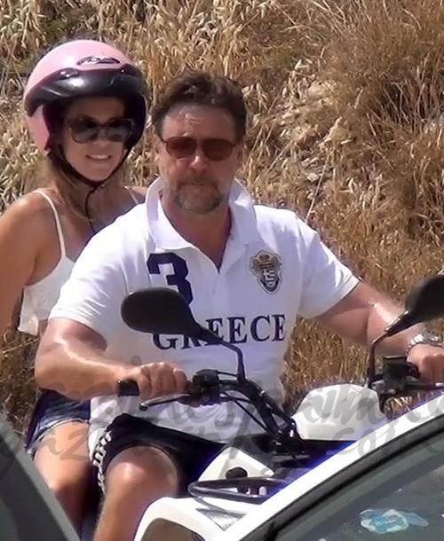 Russell Crowe de vacaciones,  con una joven desconocida