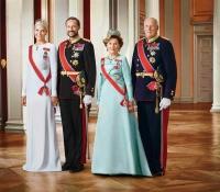 reyes-de-noruega-harold-y-sonja-con-principe-haakon-y-princesa-mette-marit
