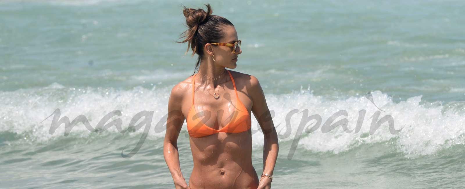Alessandra Ambrosio presume de cuerpo diez en las playas de Rio