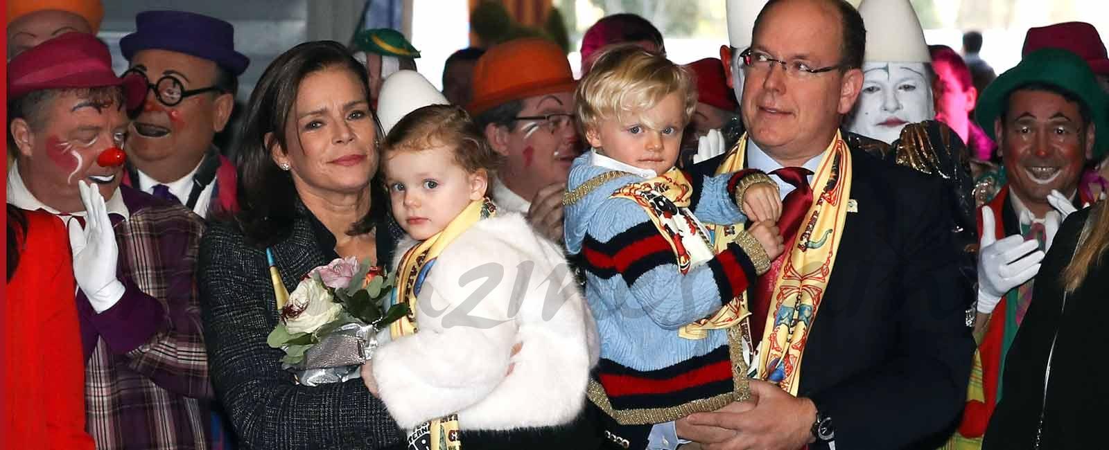 Jacques y Gabriella de Mónaco se divierten en el circo