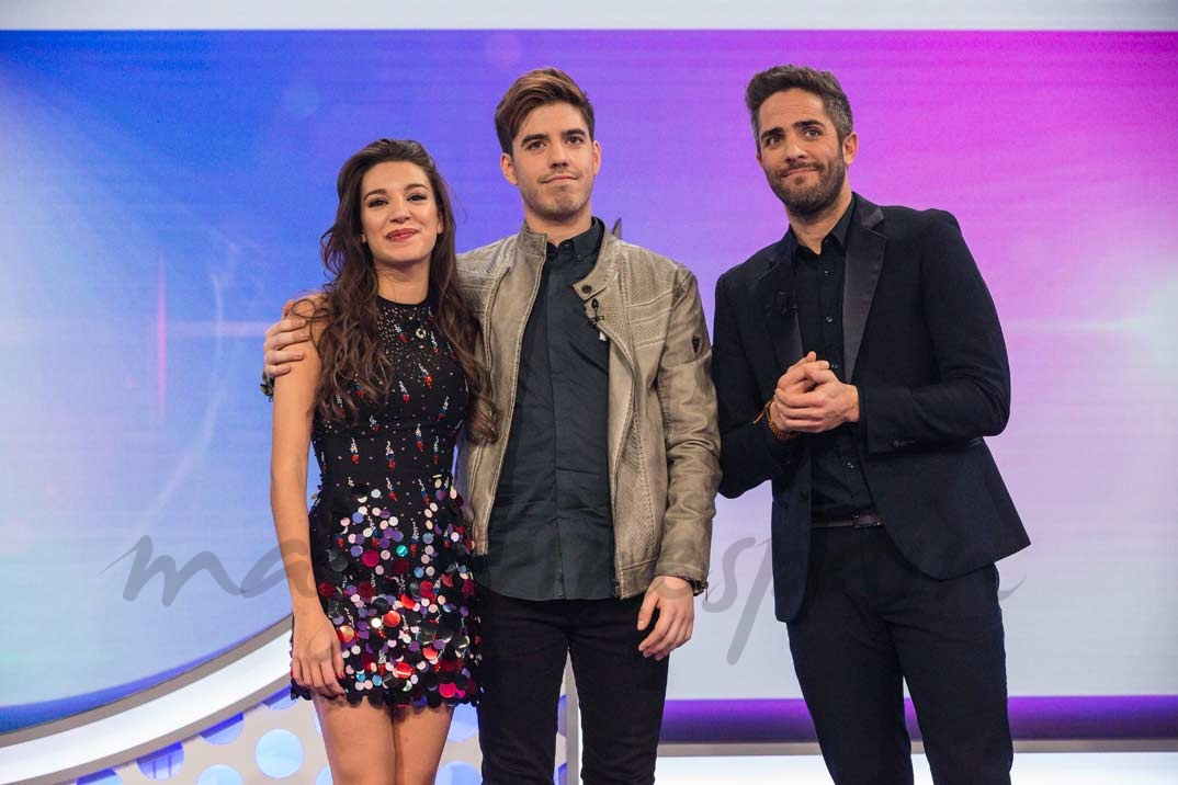 Ana Guerra y Roi con Roberto Leal