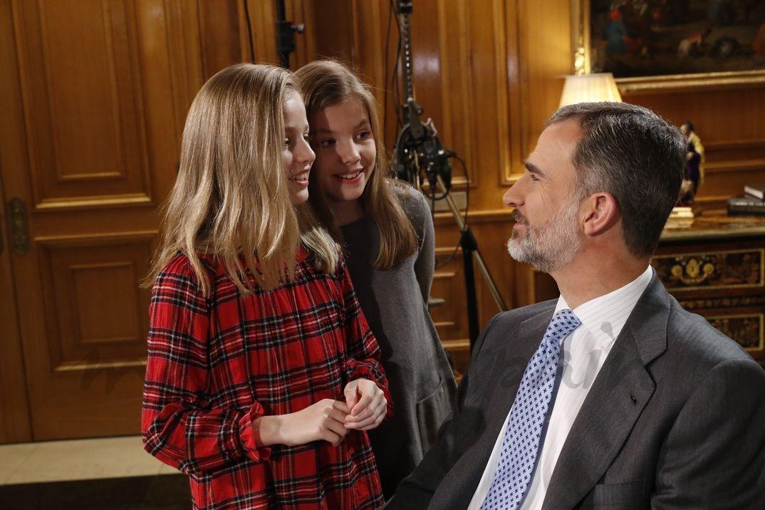 Rey Felipe junto a la princesa Leonor y la infanta Sofía