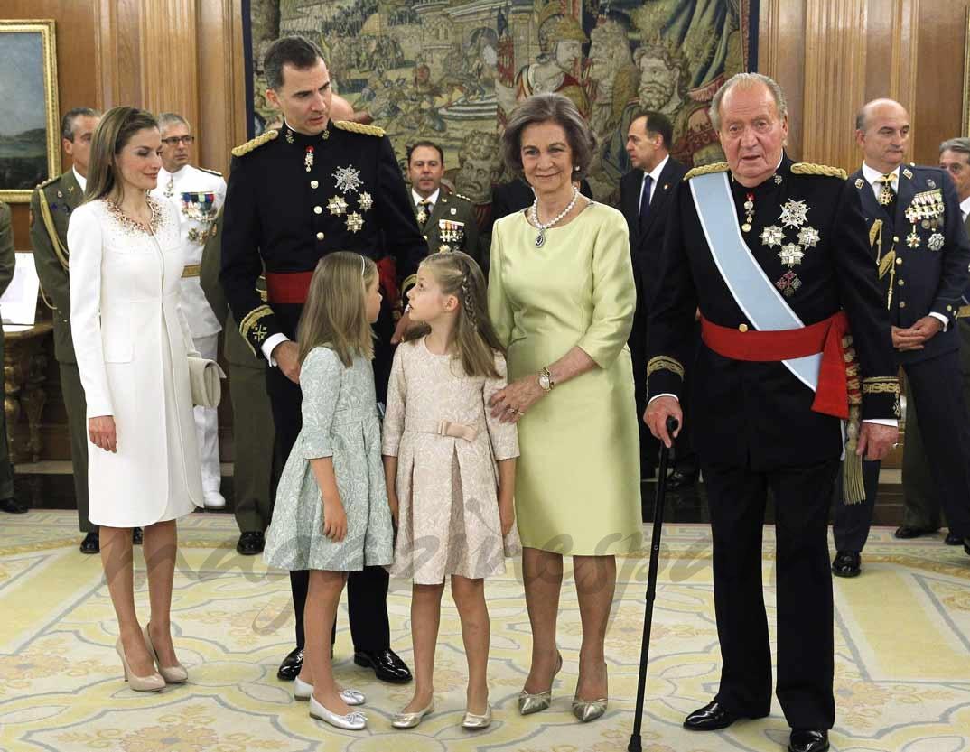 El Rey Felipe VI , el Rey Juan Carlos I la Reina doña Letizia y sus hijas, la Princesa de Asturias y la infanta Sofía, la reina Sofía durante el acto de colocado del fajín de capitán general de las Fuerzas Armadas al Rey Felipe VI (16 junio 2014)