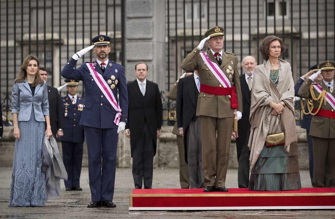 Los reyes don Juan Carlos y doña Sofía presiden el desfile de la Pascua Militar junto al entonces príncipe Felipe y princesa Letizia (6 de enero de 2011)