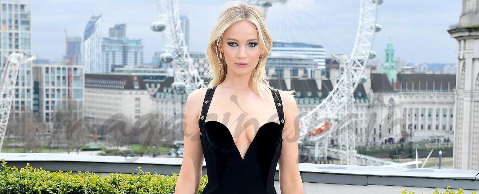 Jennifer Lawrence indignada por los comentarios sobre su espectacular vestido de Versace