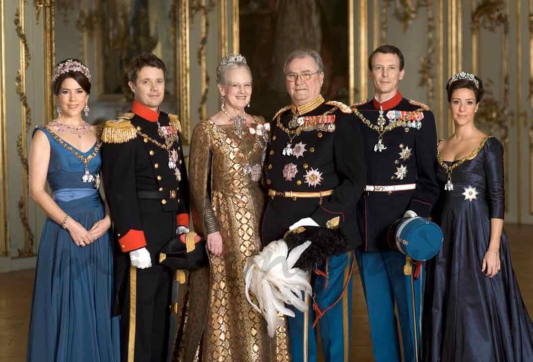 Princesa Mary, príncipe Federico, reina Margarita, principe Enrique, príncipe Joaquín y princesa Marie de Dinamarca