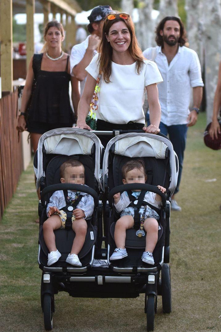 Raquel Sánchez Silva y Matías Dumont con sus mellizos
