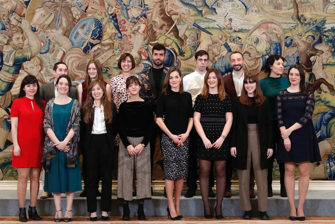 Doña Letizia con los alumnos pertenecientes a la VI Promoción del Máster en Medios de Impresión Gráfica, Ilustración y Acuñación Artística, que han sido diplomados © Casa S.M. El Rey