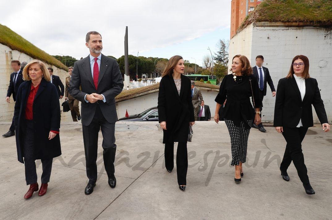 Los Reyes acompañados por delegada del Gobierno en la Comunidad de Madrid, la alcaldesa de Móstoles y la secretaria de Estado de Investigación, Desarrollo e Innovación, a su llegada al acto © Casa S.M. El Rey