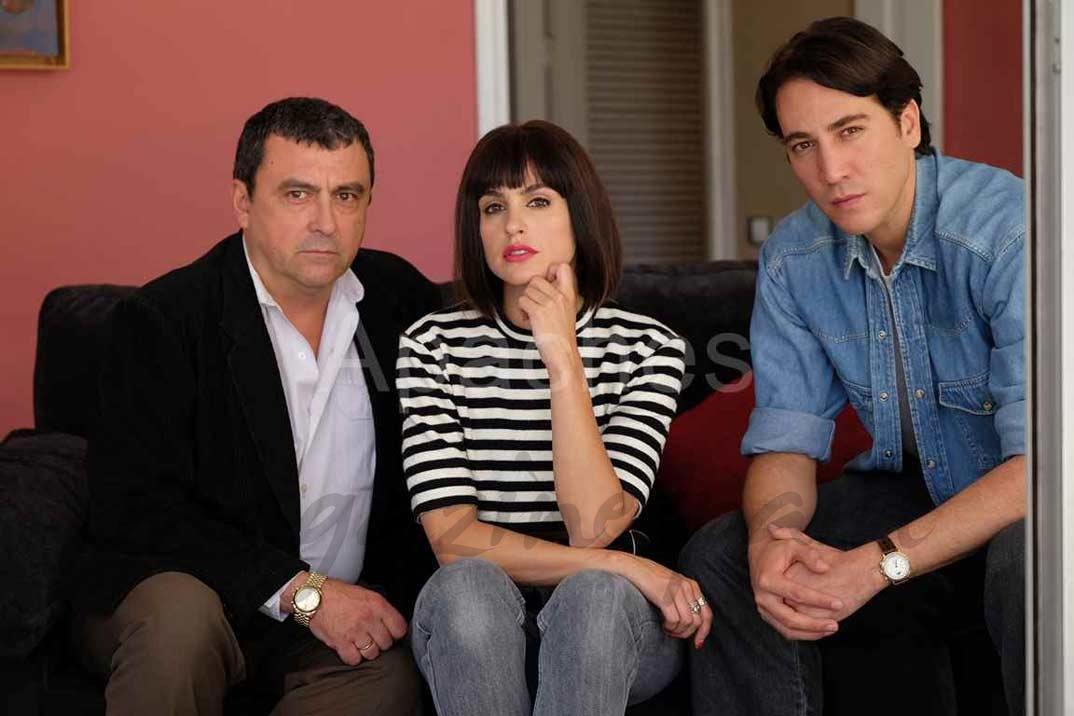 Paco Tous, Verónica Echegui y Alberto Ammann - Apaches - © Atresmedia