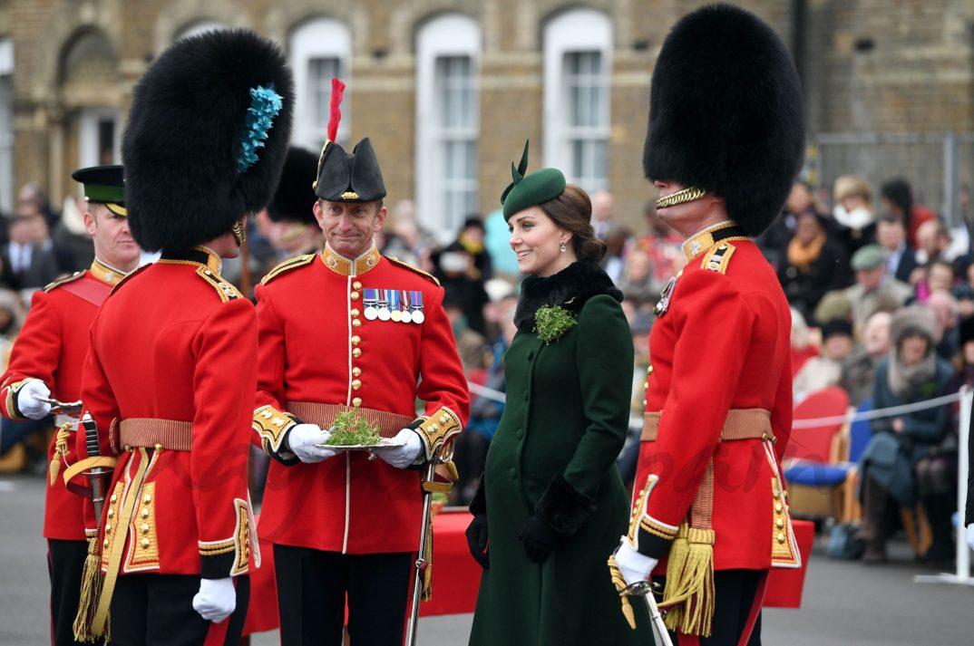 Kate Middleton presentando los tradicionales tréboles