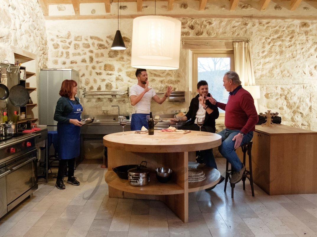 """Pablo López con su madre y su hermano junto a Bertín Osborne en """"Mi casa es la tuya"""" - © Mediaset"""