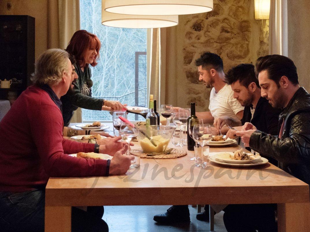 """Pablo López con su familia y amigos en """"Mi casa es la tuya"""" - © Mediaset"""