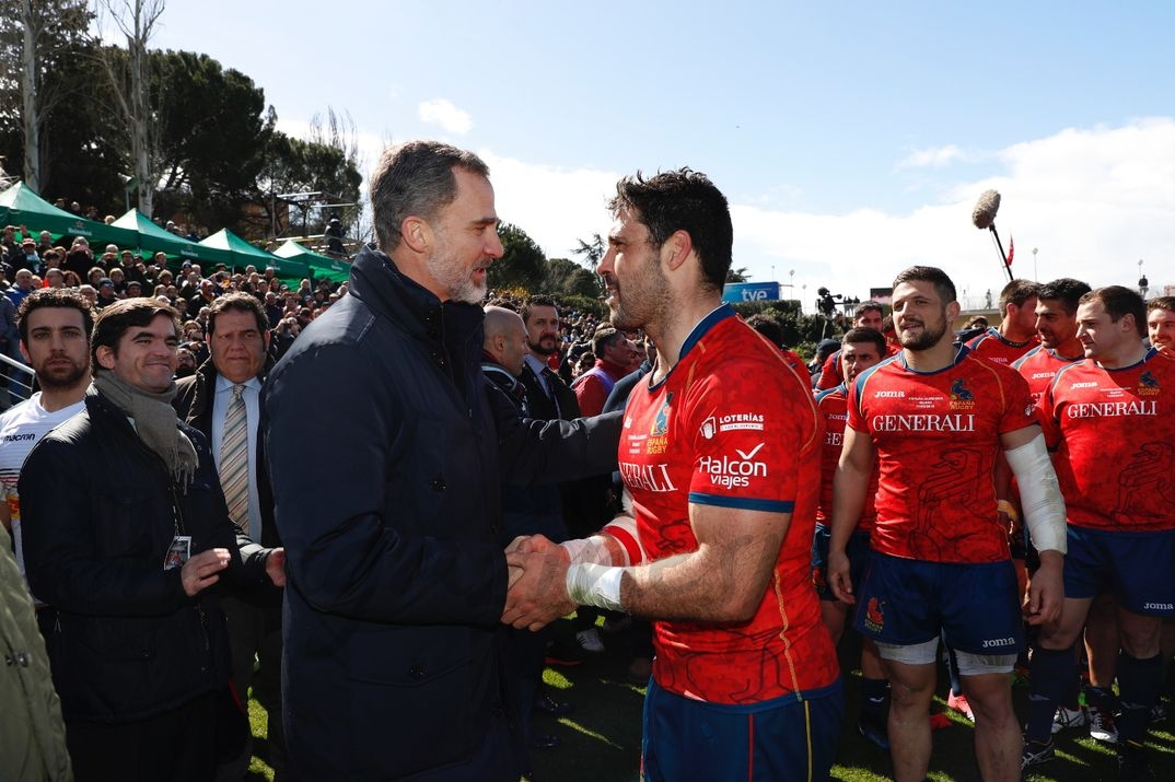 El Rey saluda al capitán del equipo español al término del encuentro © Casa S.M. El Rey