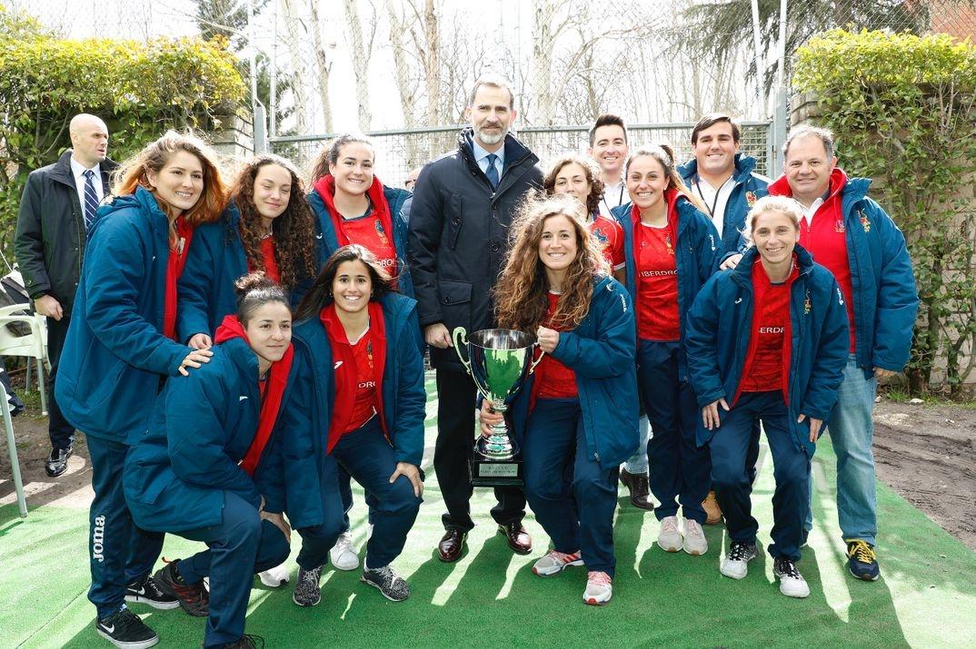 Don Felipe junto a una representación de la selección femenina de rugby XV y de jugadores internacionales veteranos © Casa S.M. El Rey