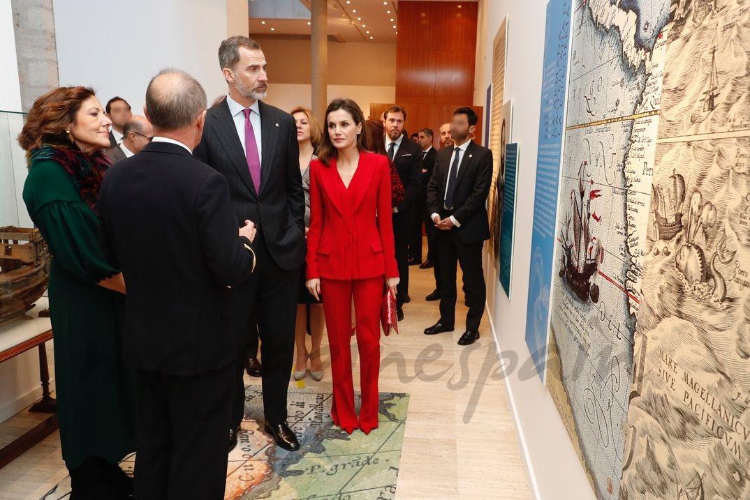 Don Felipe y Doña Letizia durante el recorrido por una exposición de paneles, con explicaciones a cargo de los comisarios © Casa S.M. El Rey