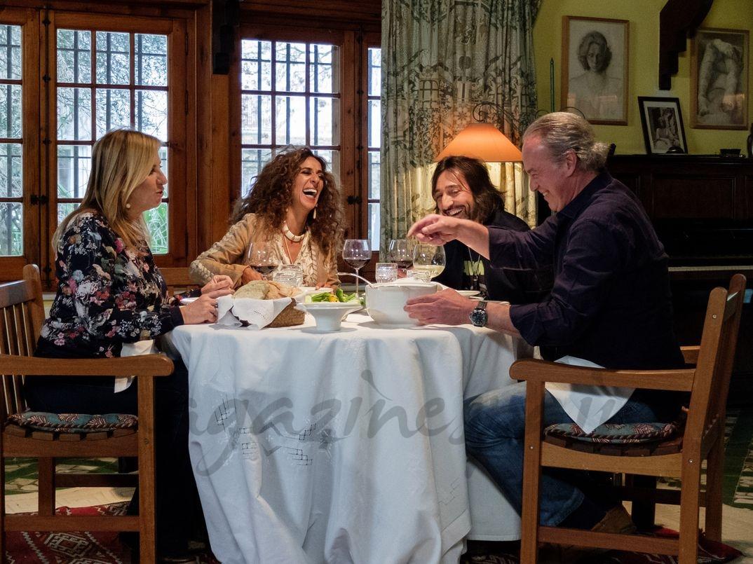 """Rosario Flores con Antonio Carmona, Mariola Orellana y Bertín Osborne en """"Mi casa es la tuya"""" - © Mediaset"""