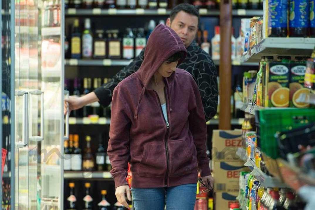 Magda (Paz Vega), en Benidorm, ha cambiado de look para que nadie pueda reconocerla © RTVE