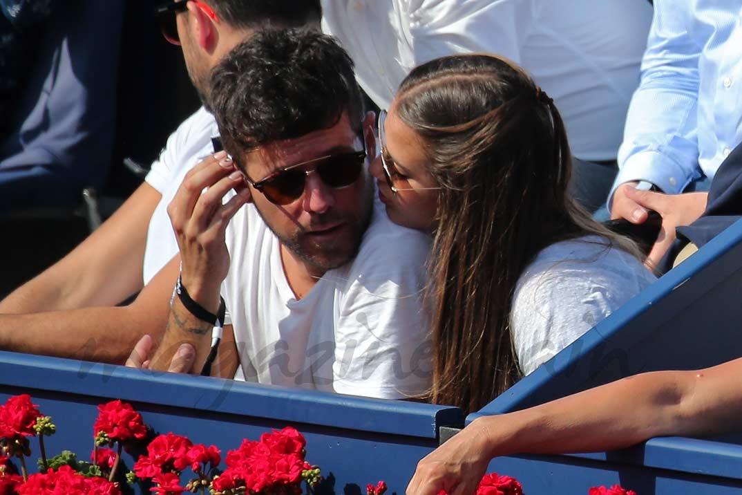 Pablo López con su novia Claudia Nieto