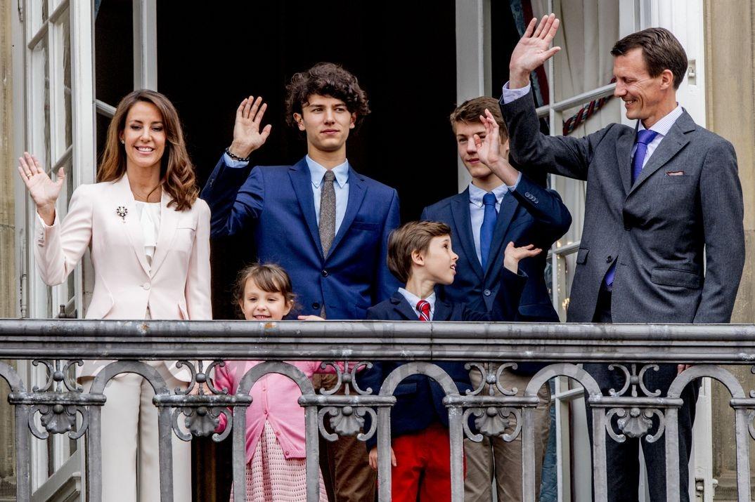 El príncipe Joaquin de Dinamarca con su familia