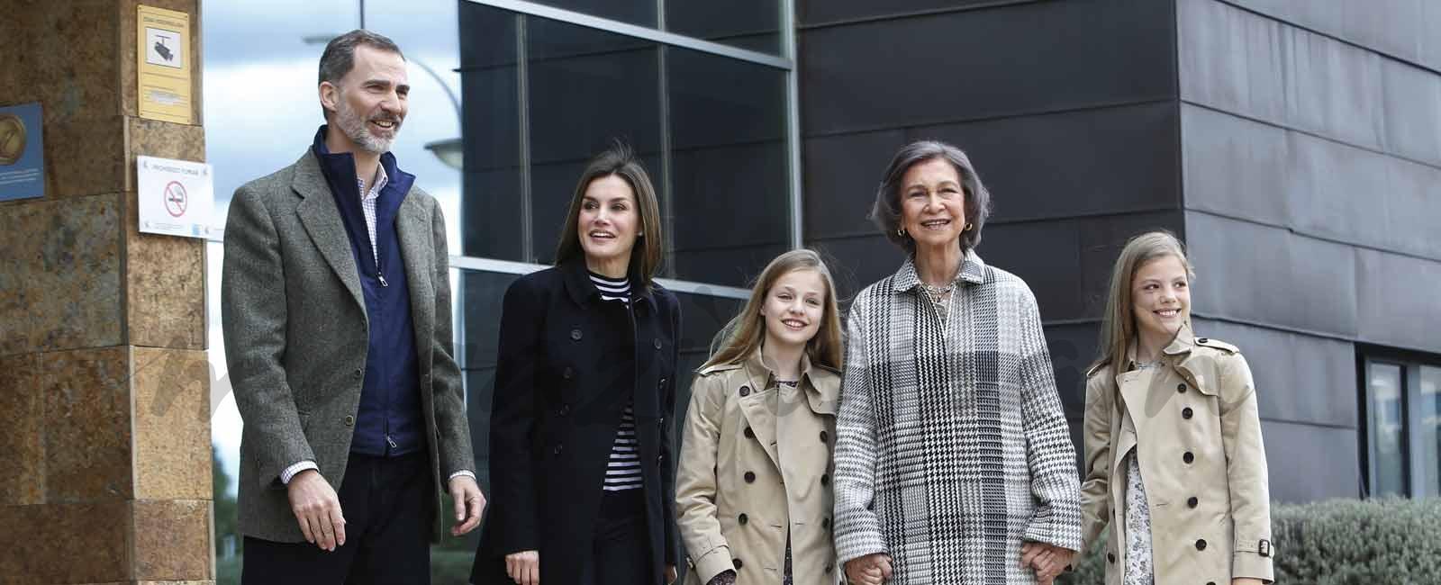 La reina Sofía, de la mano de sus nietas, para visitar al rey Juan Carlos
