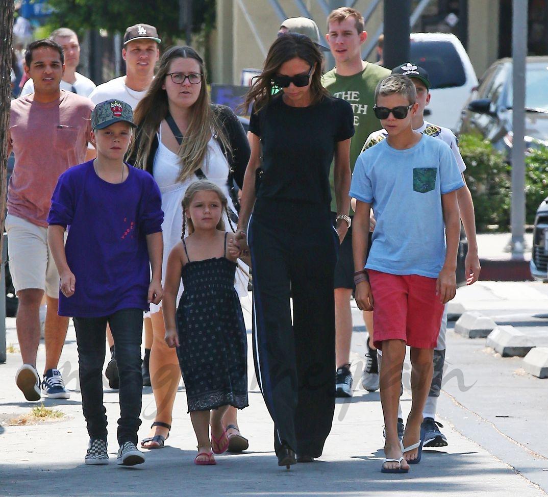 Victoria Beckham con sus hijos Romeo, Cruz y Harper - 2016