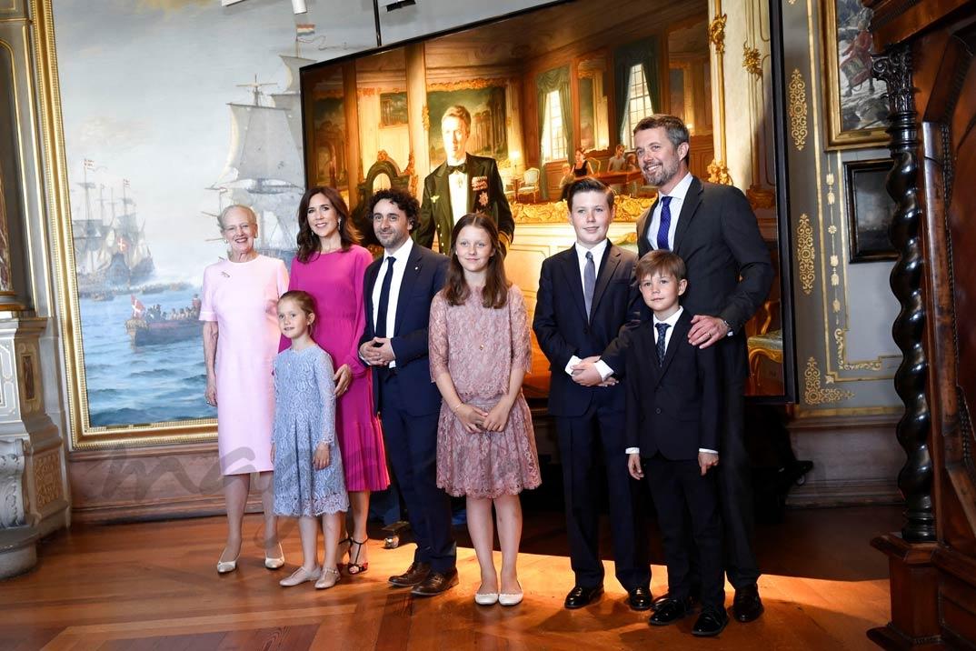 Federico de Dinamarca con su familia, presenta su nuevo retrato con motivo de su 50 cumpleaños
