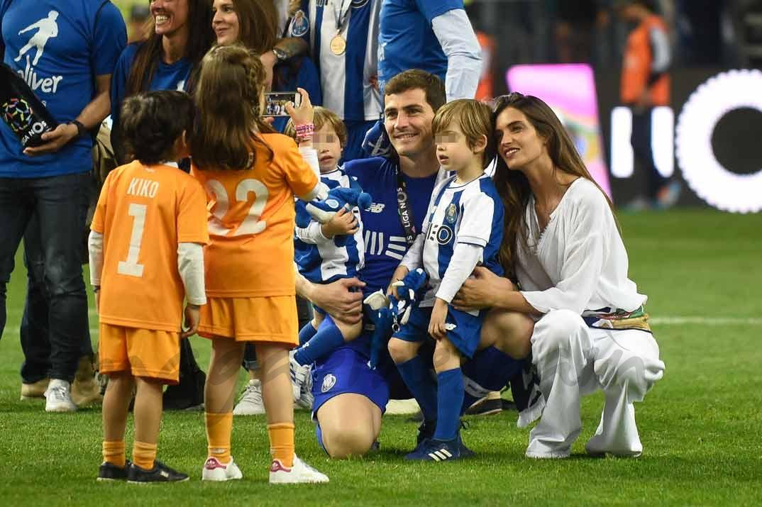 Iker Casillas y Sara Carbonero con sus hijos Martín y Lucas