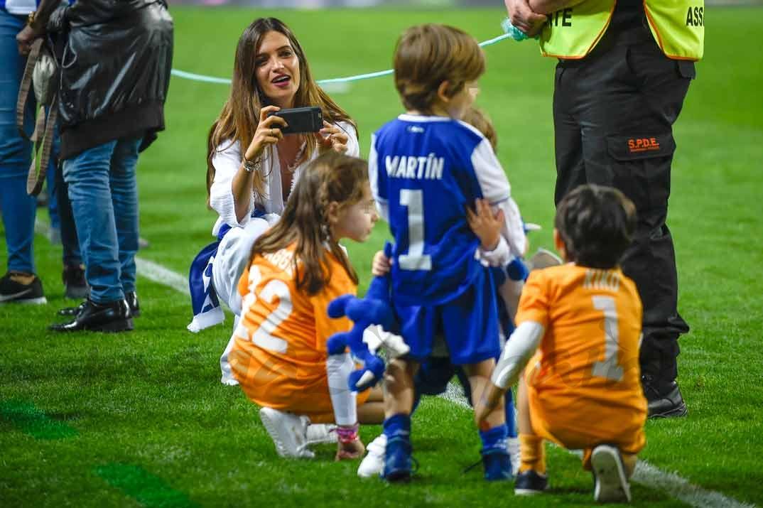 Sara Carbonero con sus hijos Martín y Lucas