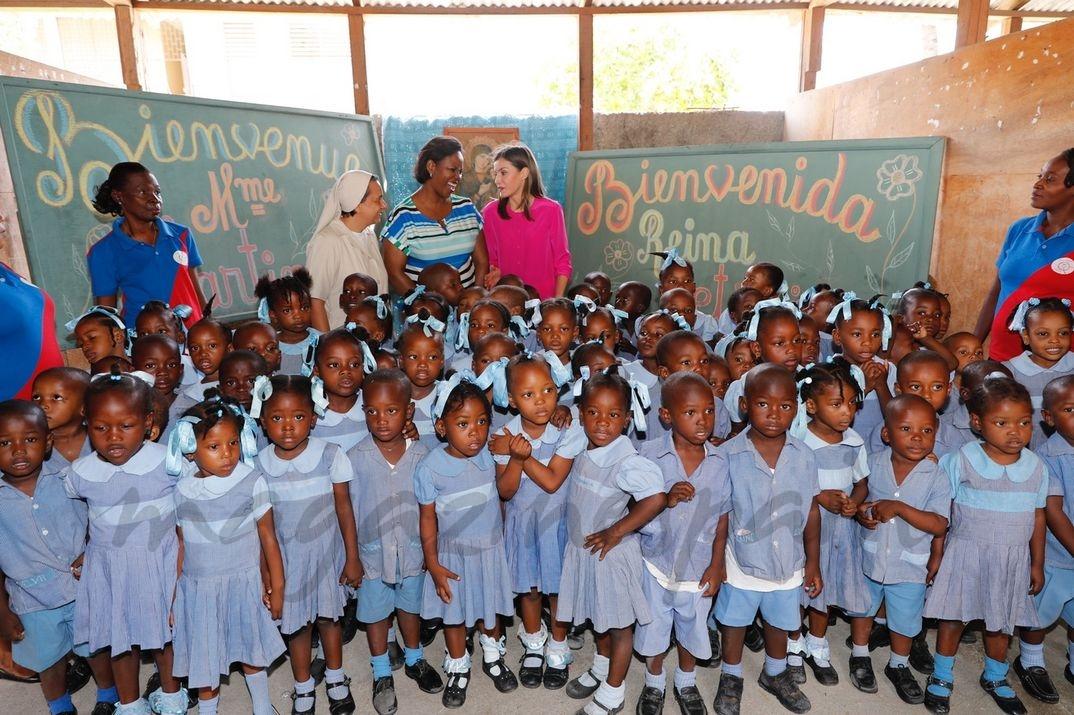 Alumnos del colegio dan la bienvenida a Su Majestad la Reina y a la Primera Dama de la República de Haití © Casa S.M. El Rey