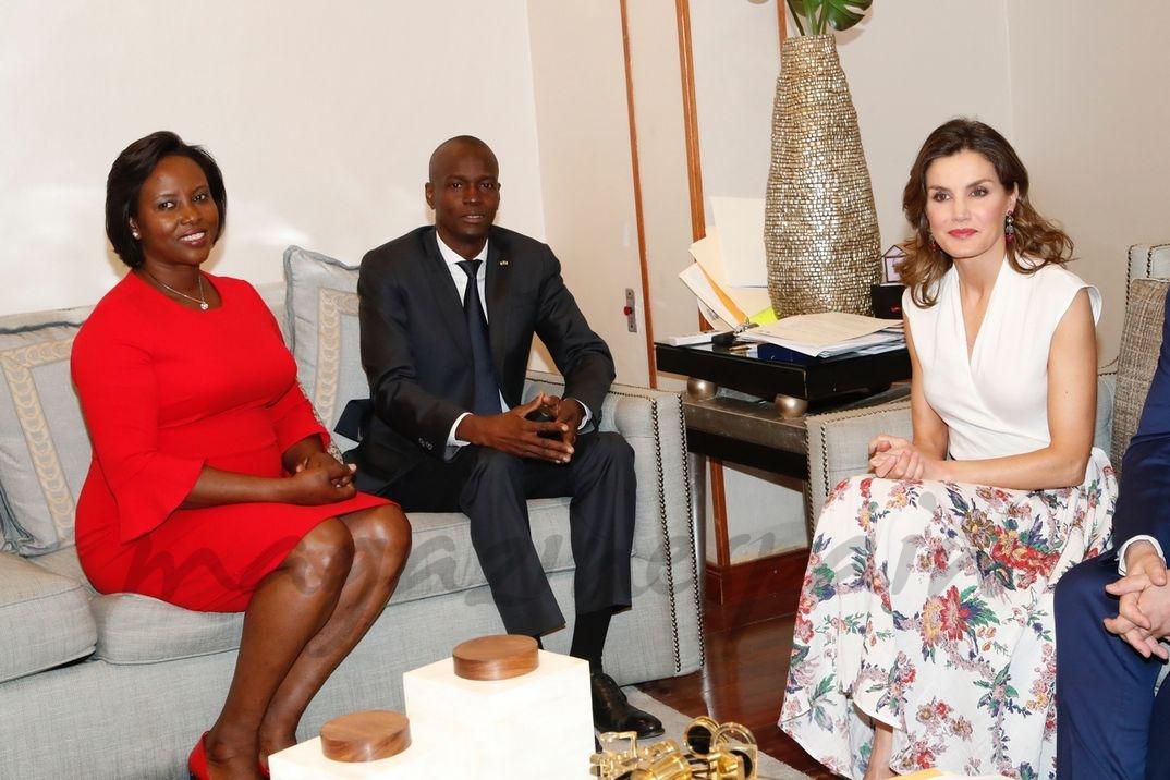 La Reina con el Presidente de la República de Haití y la Primera Dama durante su encuentro © Casa S.M. El Rey