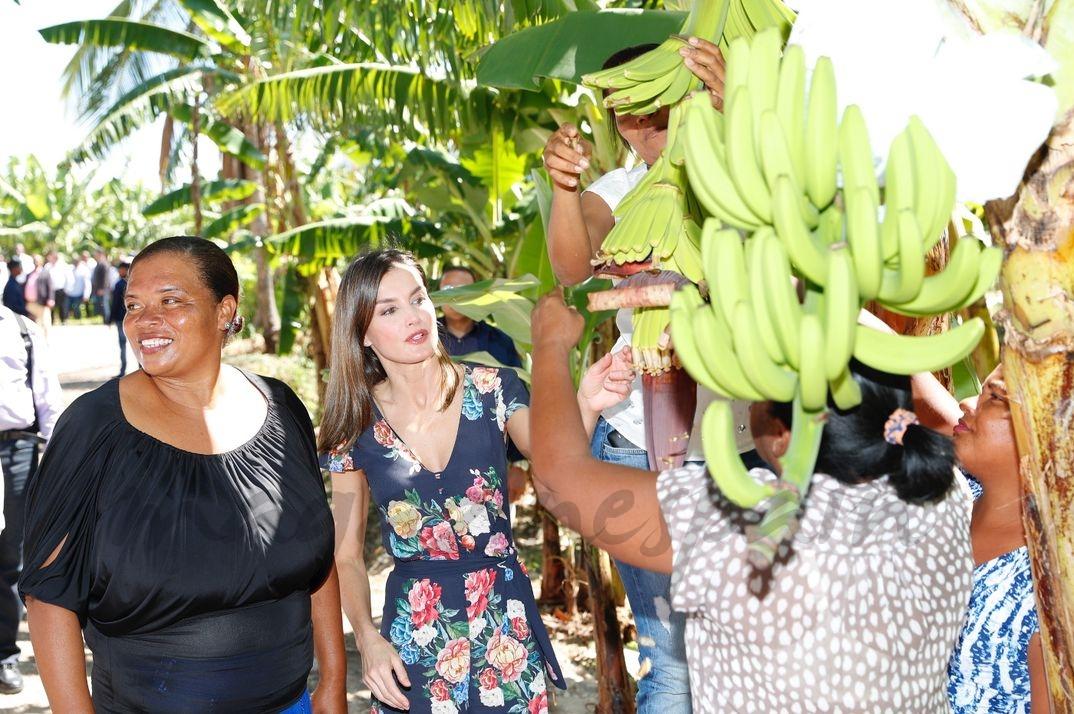 La Reina junto a la beneficiaria del proyecto, Diana Céspedes, a su llegada a la cooperativa de bananos orgánicos © Casa S.M. El Rey