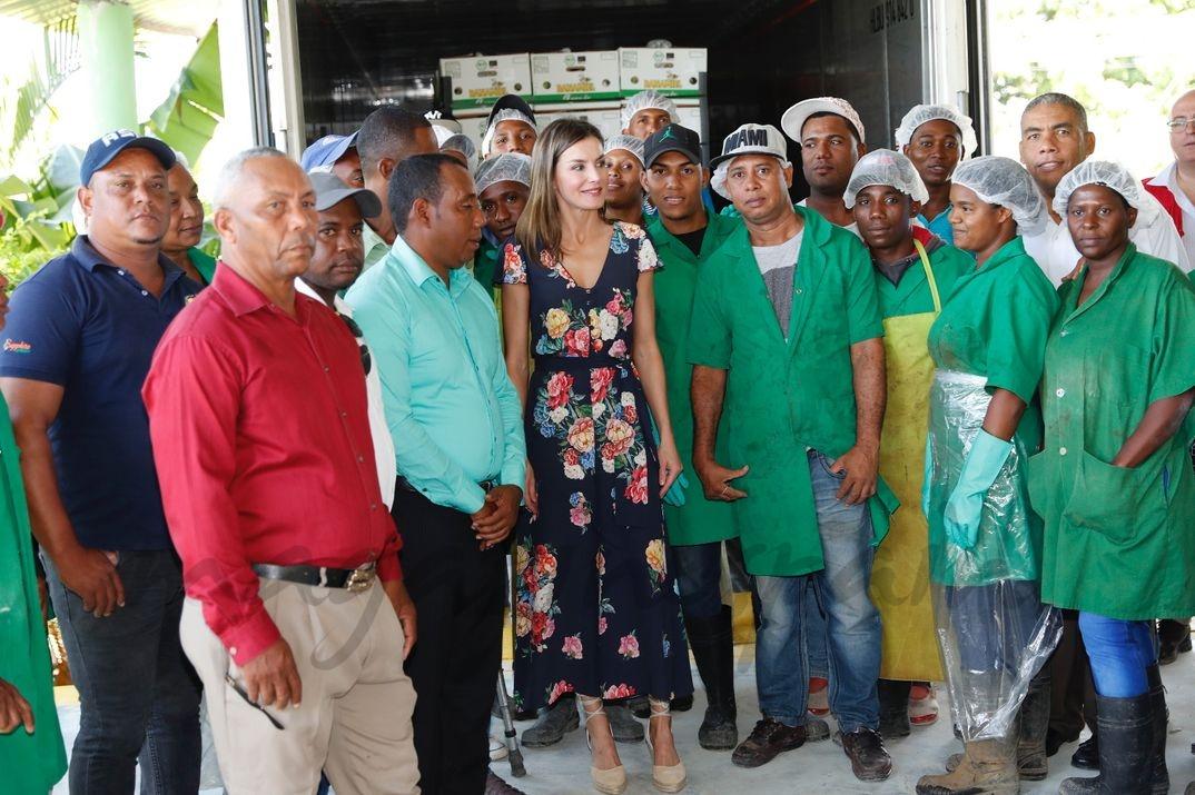 La Reina con trabajadores de la cooperativa de bananos orgánicos © Casa S.M. El Rey