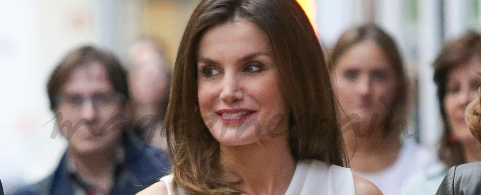 La reina Letizia estrena un look total white muy original