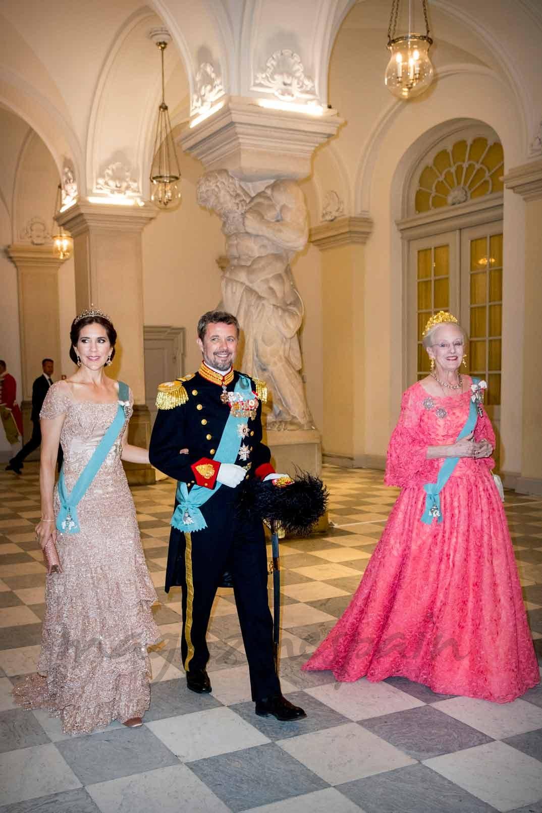 Los príncipes Federico y Mary con la reina Margarita de Dinamarca