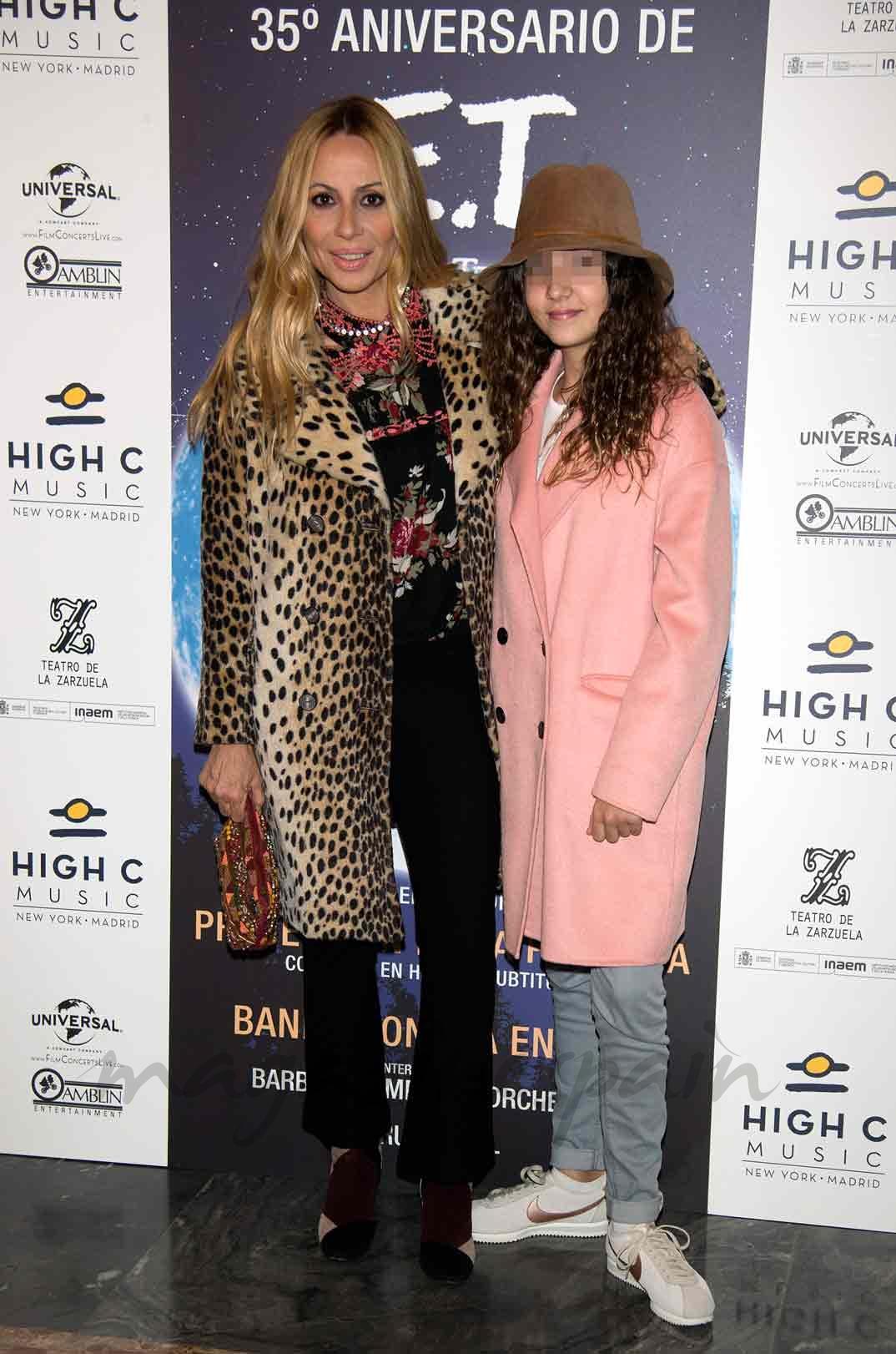 Marta Sánchez y su hija Paula Cabanas durante la presentación del concierto de la BSO de la película E.T. con motivo de su 35 aniversario 28/12/2016