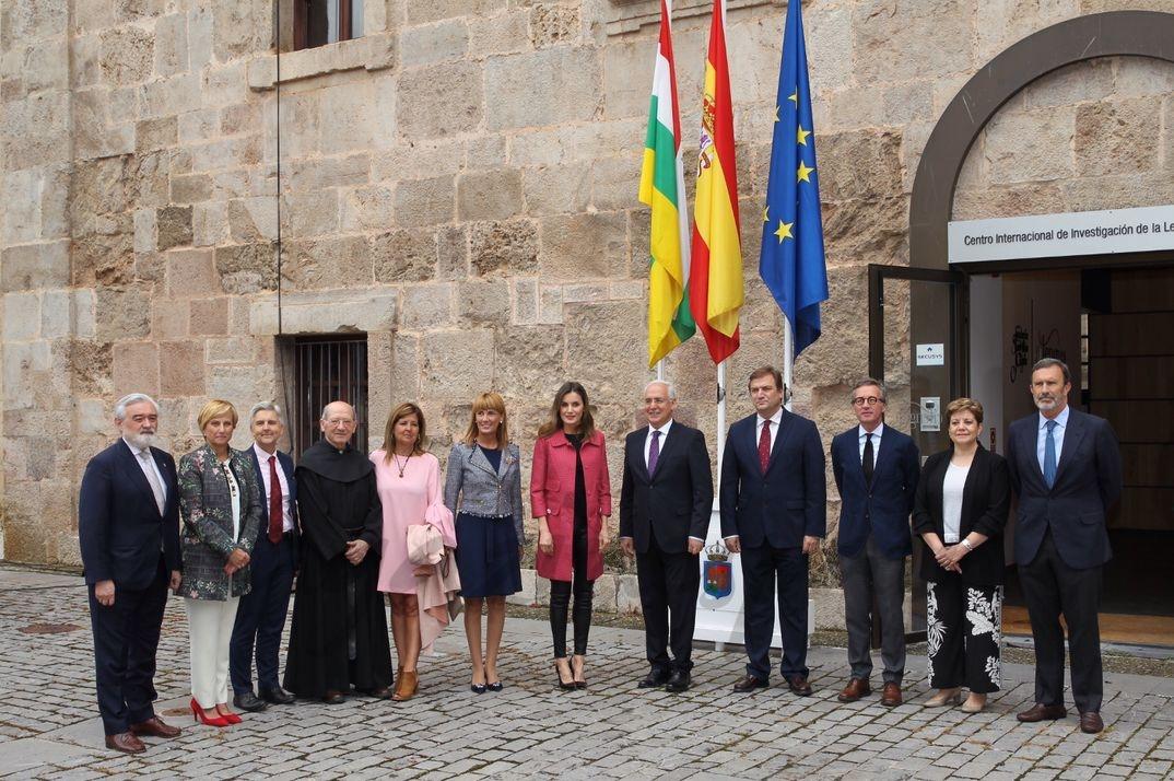 La Reina con las autoridades asistentes al acto frente al Centro Internacional de Investigación de la Lengua Española © Casa S.M. El Rey