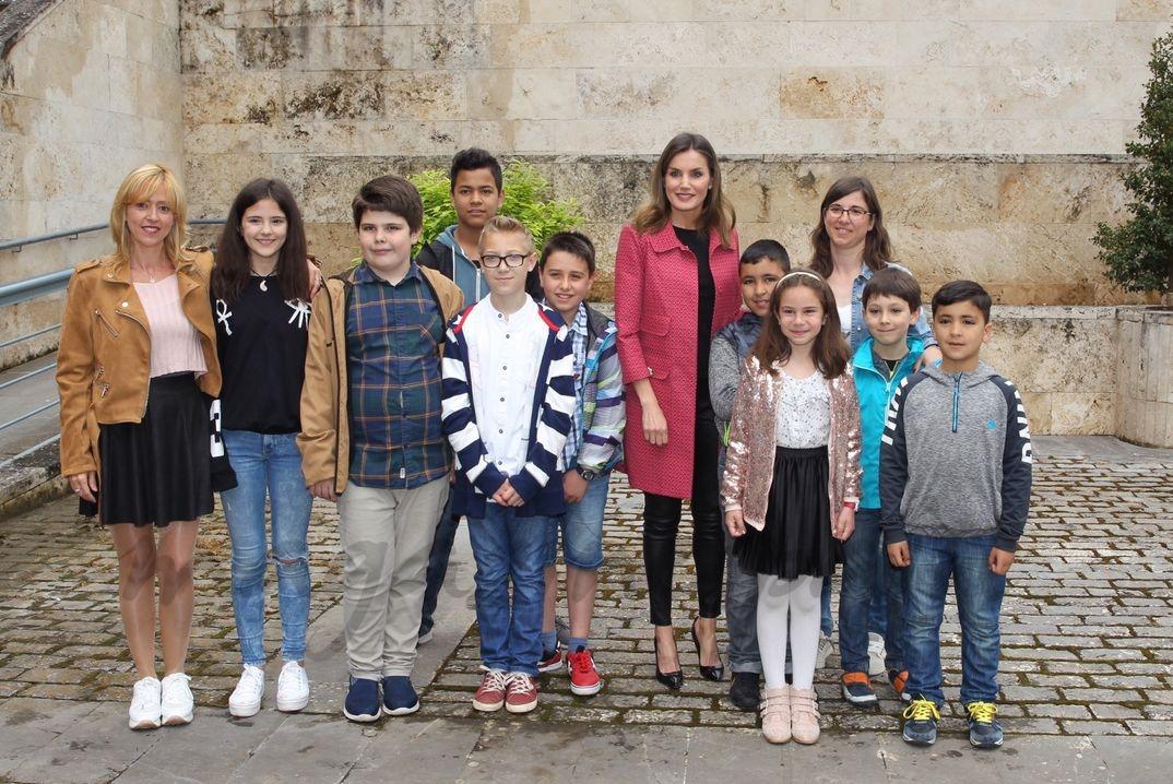 Doña Letizia con los niños en el Monasterio de San Millán de la Cogolla © Casa S.M. El Rey