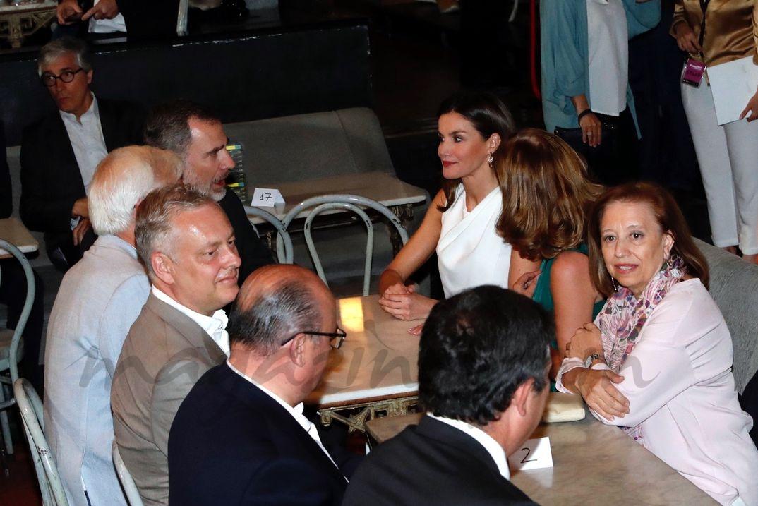Don Felipe y Doña Letizia, en el interior de la Sala Galileo Galilei, conversan con los asistentes © Casa S.M. El Rey