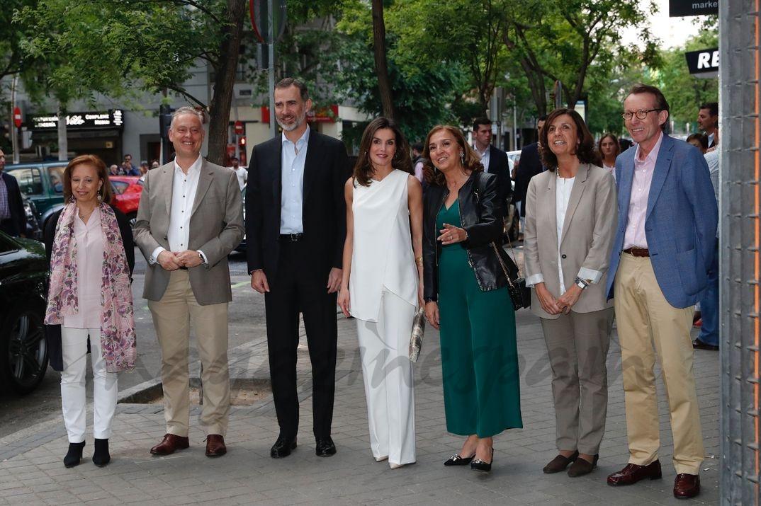 Los Reyes junto a la secretaria de Estado de Investiagaicón, Desarrollo e Innovación, Carmen Vela y las personas que les esperaban a su llegada © Casa S.M. El Rey