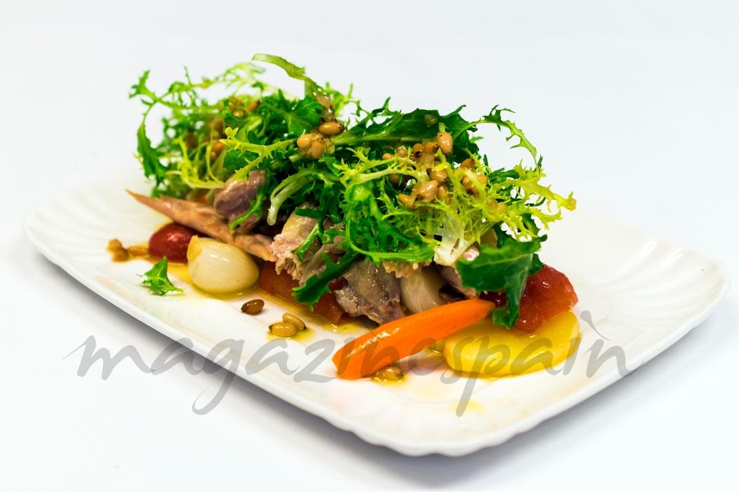 Ensalada de perdiz con patatas y verduras confitadas y crema de cebolleta