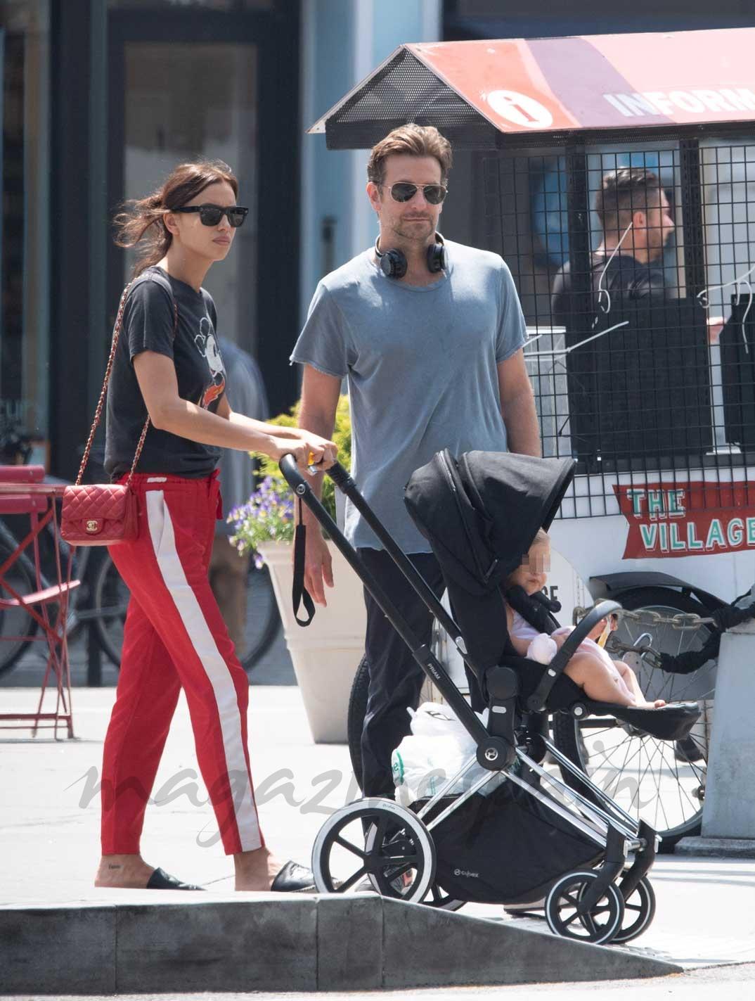 Irina Shayk y Bradley Cooper con su hija Lea