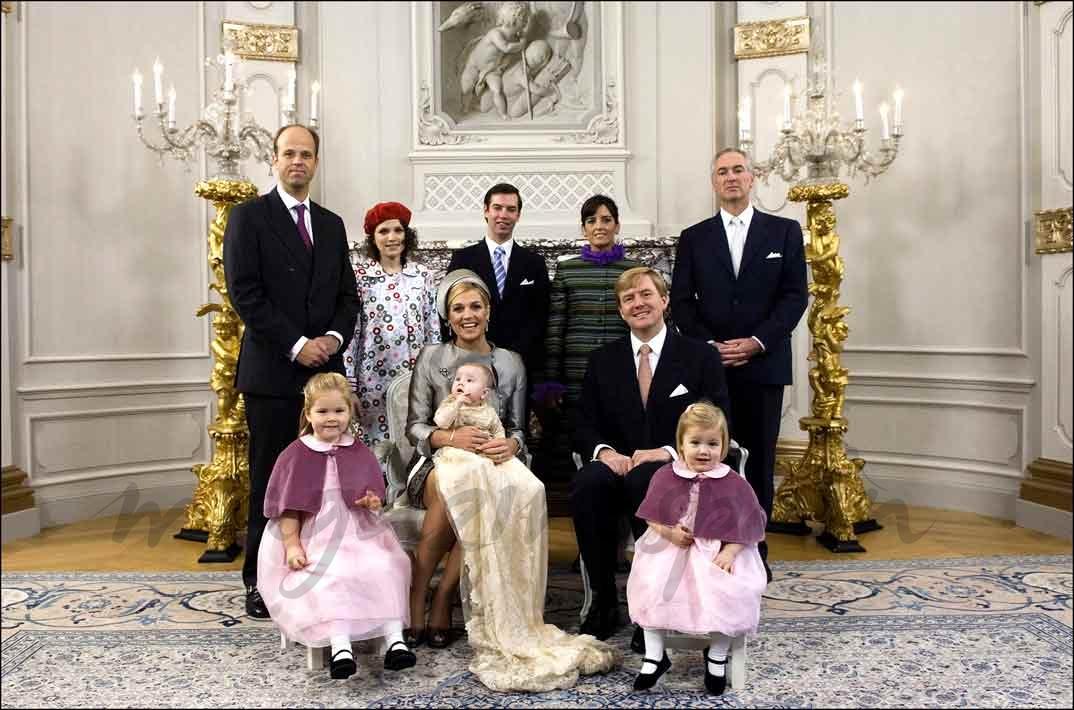 Inés Zorreguieta - boina roja- fue una de las madrinas de la princesa Arianne de Holanda (Foto archivo 2007)