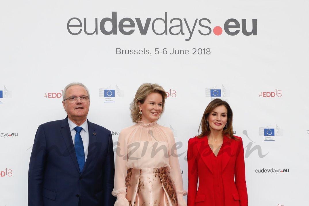 La reina Letizia y la reina Matilde de Bélgica junto al comisario europeo de Cooperación Internacional y Desarrollo, Neven Mimica © Casa S.M. El Rey