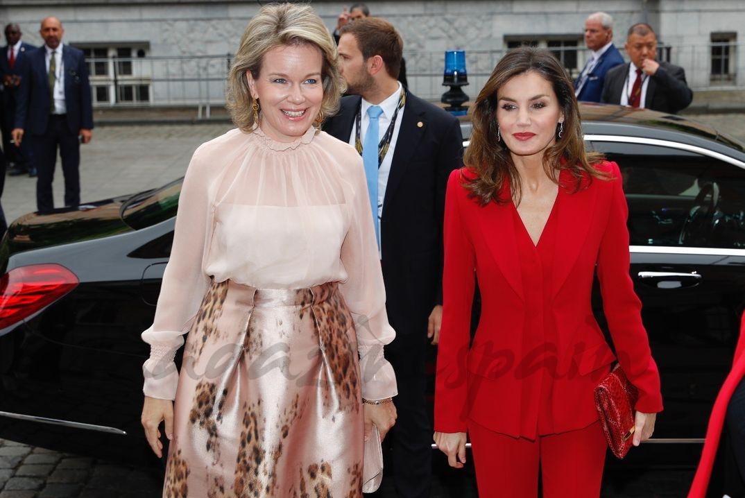 La reina Letizia y la reina Matilde de Bélgica a su llegada al auditorio © Casa S.M. El Rey